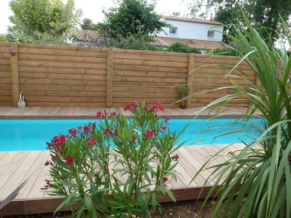 Construction d 39 une piscine avec terrasse bois p rigny for Camping pres de la rochelle avec piscine